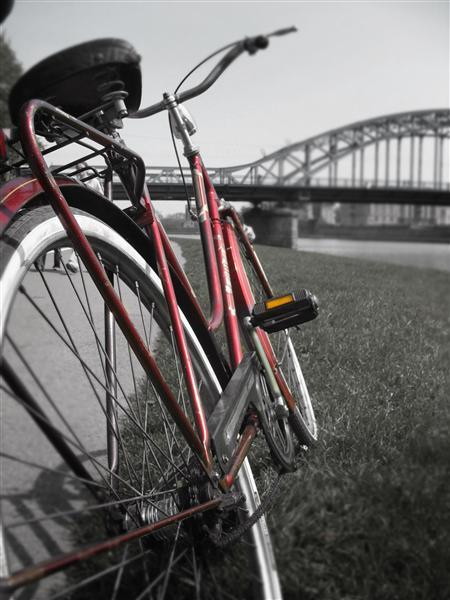 Mit dem Rad durch die Stadt fahren und das Abnehmen mit Sport unterstützen