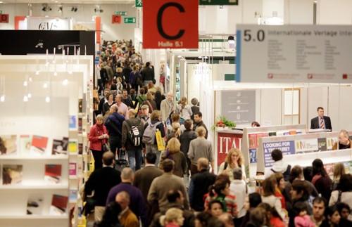 Besucher auf Buchmesse