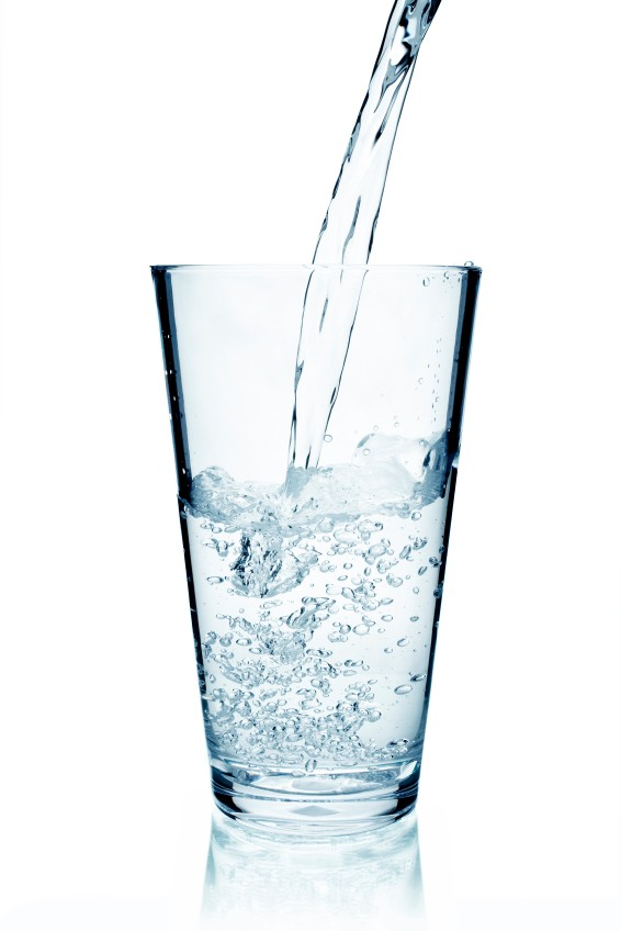 Viel Wasser trinken ist gesund - doch entgegen der allgemeinen Annahme kurbelt es nicht die Fettverbrennung an.