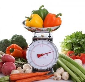 Weniger essen macht schlank? Tatsächlich zählt die Menge und nicht die Kalorien. Obst und Gemüse können also bedenkenlos verzehrt werden.