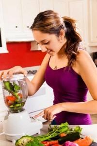 Integriert in eine ausgewogenen Ernährung liefern grüne Smoothies Vitamine und Energie